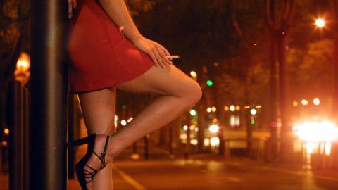 若い女性は赤で絶妙に見えます。