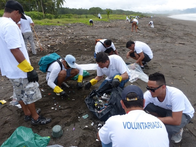 beach clean up costa rica 1