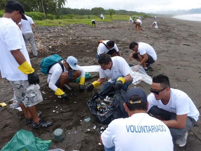 beach clean up costa rica 1