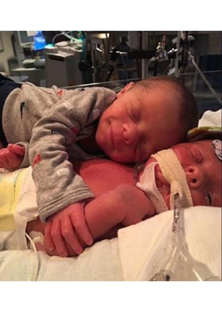 twins-viral-photo-1