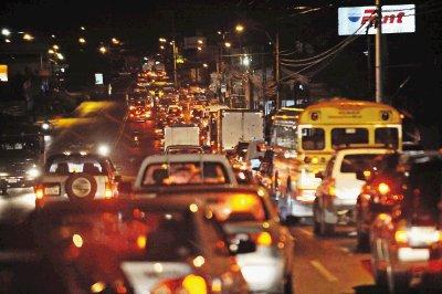 Una hora en La Uruca,el transito fatal.Foto.Manuel Vega 30-06-2009.